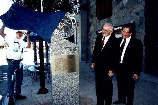 Ascani and Mayor Frank Roberts: Unveiling the Ascani monument in 1999.